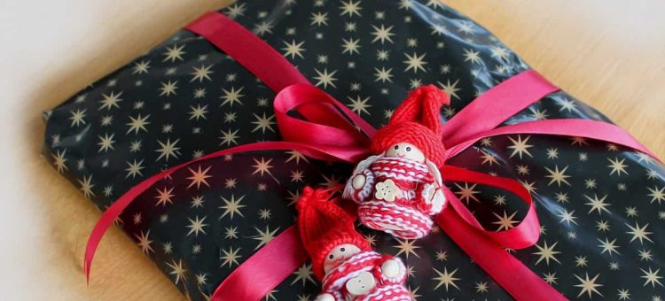 package_gift_surprises_wrapping_under_the_tree_sk_jfe_tape_christmas_gift-1166199-min